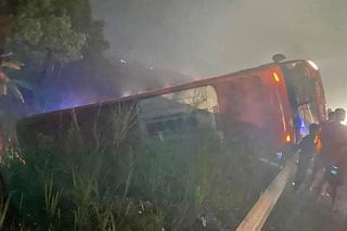Xe khách hất tung lan can đường rồi lật ngửa, 10 hành khách thoát nạn kỳ diệu