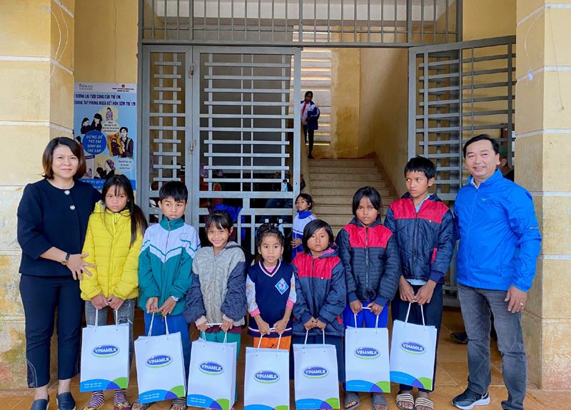 Vinamilk cùng Cặp lá yêu thương trao thêm cơ hội đi học cho trẻ em khó khăn