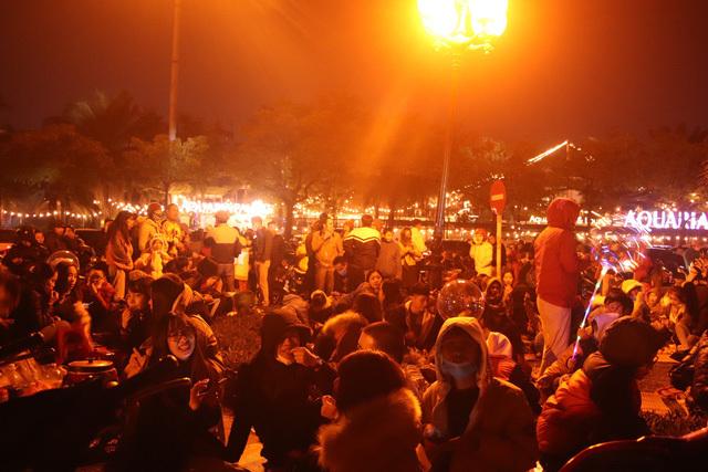 Người dân Hà Nội 'chen nhau từng góc chiếu' giá 200.000 đồng chào năm mới 2020