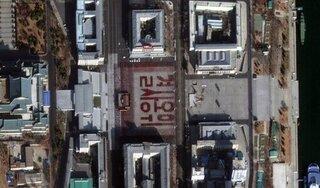 Chữ xếp bằng người của Triều Tiên được nhìn thấy từ ngoài vũ trụ