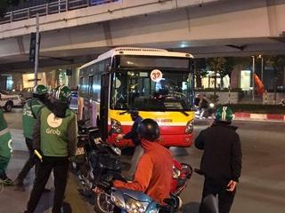 Hà Nội: Cụ bà bán hàng rong chết thảm dưới bánh xe buýt