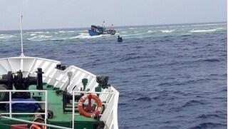 Tàu cá va phải đá, 2 người tử vong và mất tích