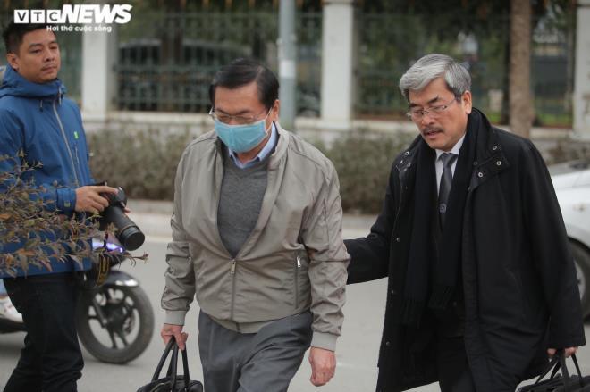 Hoãn tòa, cựu Bộ trưởng Vũ Huy Hoàng bước khó nhọc ra về