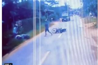 Chạy lấn làn gây tai nạn còn cầm gậy phang tới tấp vào tài xế xe ngược chiều