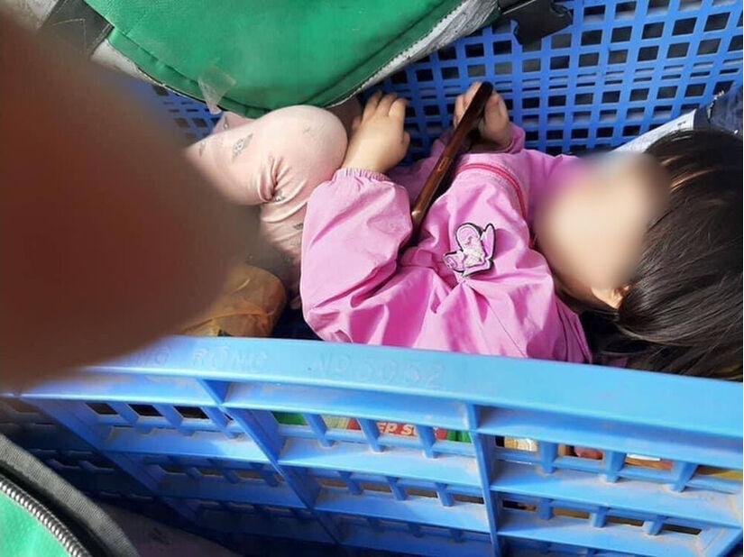 Xót xa bé gái nằm trong rổ hàng theo cha shipper rong ruổi khắp Hà Nội
