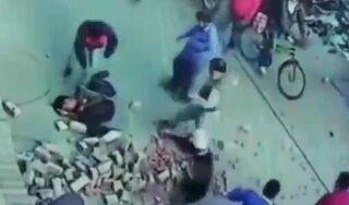 Đang đi đường, người đàn ông bị gạch rơi trúng đầu bất tỉnh