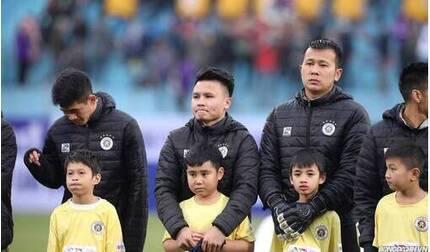 Cầu thủ áo phao, các em nhỏ phong phanh giữa thời tiết 10 độ C trong Siêu Cúp Quốc gia