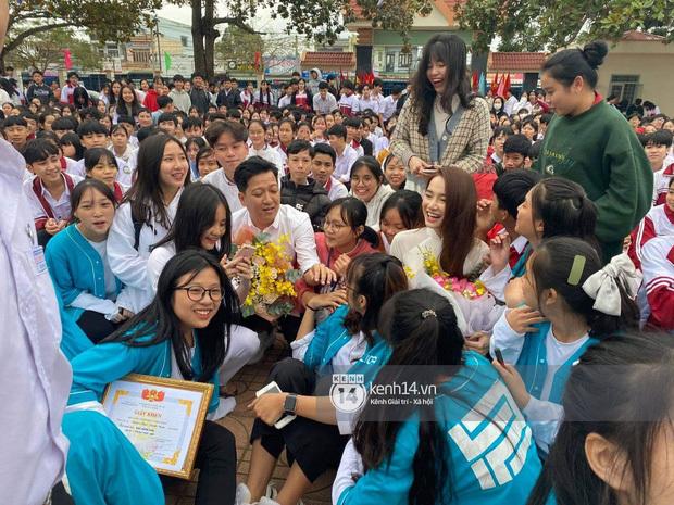 Nhã Phương diện áo dài trắng cùng Trường Giang về thăm trường cũ trao học bổng