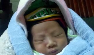 Hải Dương: Xót xa bé trai 2 tuần tuổi bị bỏ rơi trước cổng chùa lúc rạng sáng