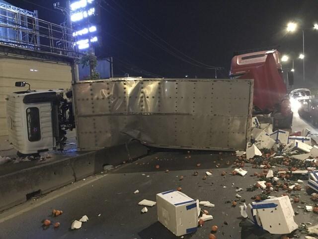 Thợ sửa xe thoát chết thần kỳ dưới bánh container