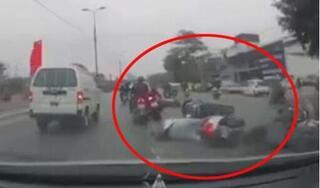 Hà Nội: Tranh cãi vì hàng loạt xe máy 'bỗng dưng' ngã lăn ra đường