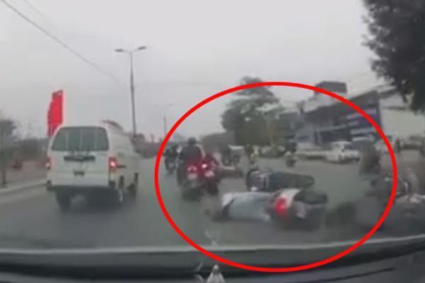 Hàng loạt xe máy đang lưu thông bất ngỡ ngã lăn ra đường, không rõ nguyên nhân vì sao
