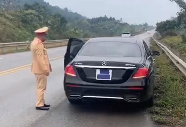 Tài xế Mercedes dán kín biển số để né CSGT