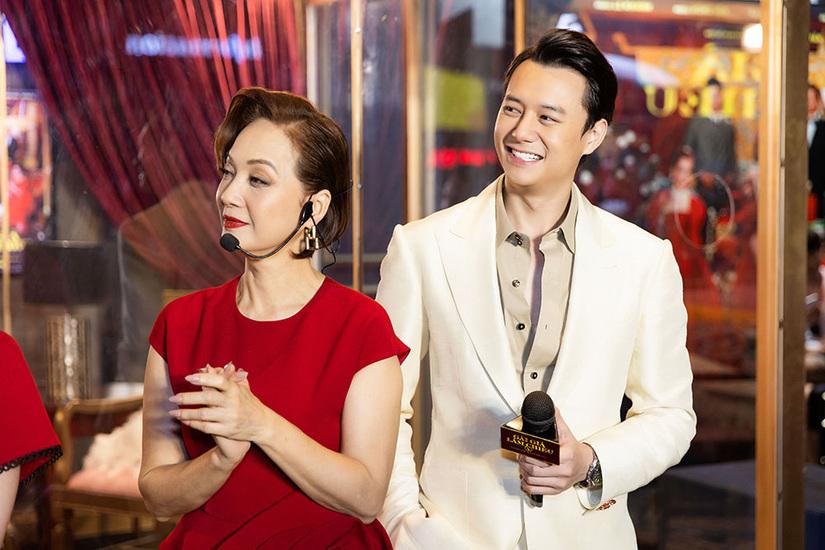 Người tình 'tin đồn' của Trương Ngọc Ánh gây bất ngờ khi quỳ gối tặng hoa Kaity Nguyễn