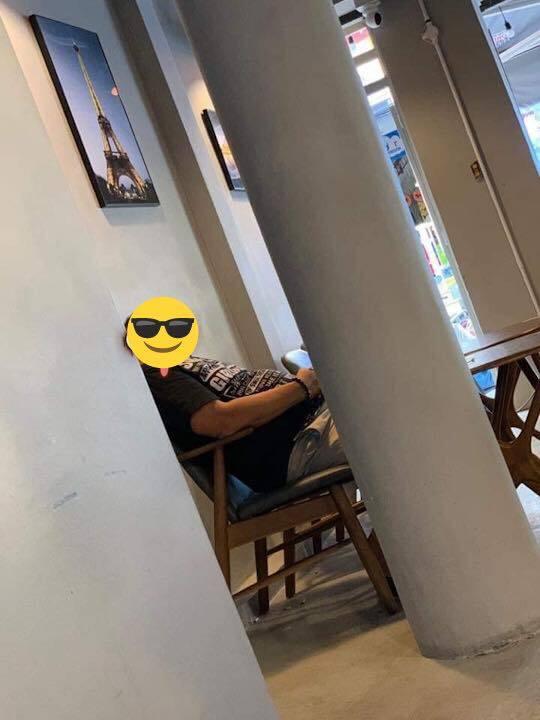 Người đàn ông mang theo chai nước 1,5l đến quán cà phê uống, ngồi từ sáng đến tối mới chịu về