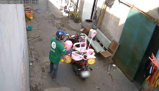 'Sốc' với hình ảnh gã đàn ông đi xe tay ga 'thó' chiếc xe đẩy trẻ em