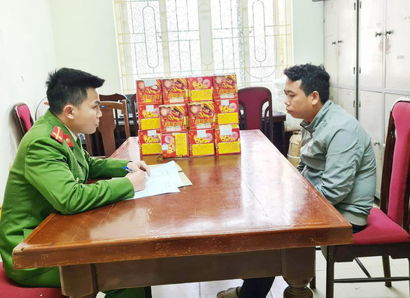 Khởi tố Phó công an xã bán pháo nổ online