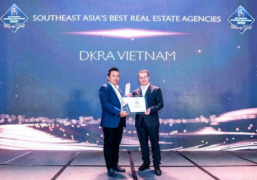 """Ông Phạm Lâm - Nhà sáng lập, CEO DKRA Vietnam (bên trái) đón nhận giải thưởng """"Đơn vị phân phối Bất động sản tốt nhất Đông Nam Á"""""""