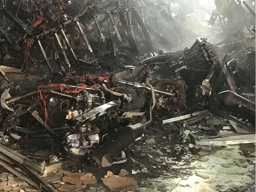 Hàng trăm xe máy bị thiêu rụi, chủ hàng khóc ròng vì mất hàng tỷ đồng