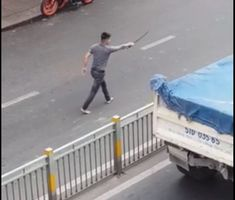 Va chạm giao thông, thanh niên rút kiếm truy đuổi tài xế xe tải trên phố