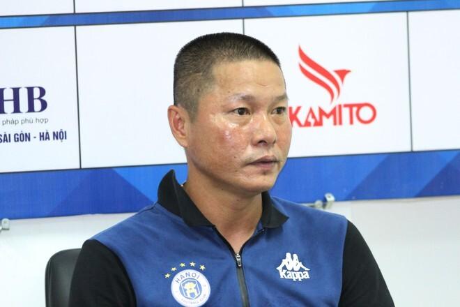 Nam Định tưới ướt sân để phá lối chơi của Hà Nội