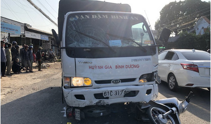 Tài xế xe tải ngủ gật tông vào nhóm học sinh trước cổng trường