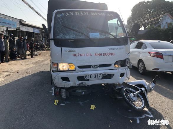 Tài xế xe tải ngủ gật tông nhóm học sinh trước cổng trường