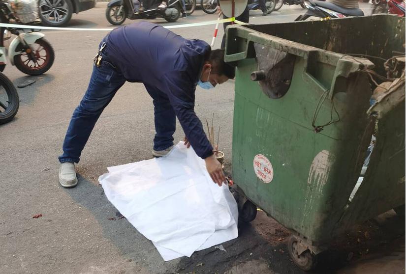 Thai nhi còn nguyên dây rốn bị vứt bỏ cạnh thùng rác, ô tô đi đường đè trúng thương tâm