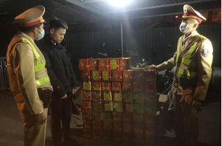 Bắt giữ xe bán tải chở 139 hộp pháo nổ