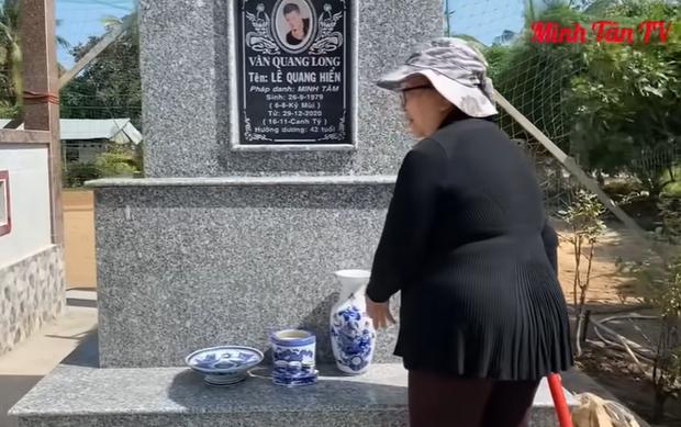 Vợ cố ca sĩ Vân Quang Long lặng lẽ đến cắm hoa viếng chồng hậu ồn ào