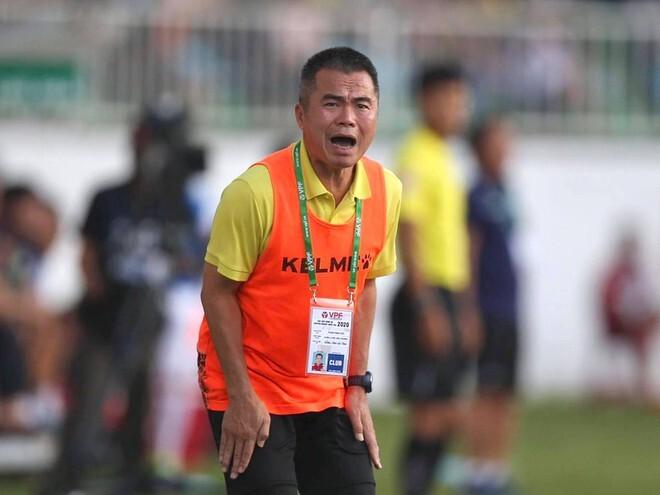 Claudecir tranh đá đá penalty với Phi Sơn