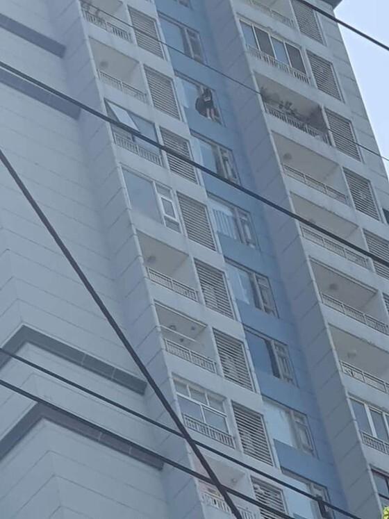 Cô gái đứng vắt vẻo ở lan can tầng 15 chung cư TP.HCM định tự tử