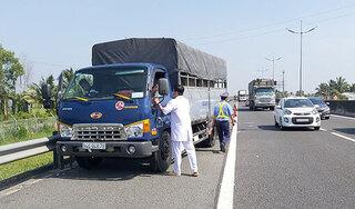 Tài xế đỗ xe trên đường cao tốc để ngủ, người dân hoảng hồn báo công an