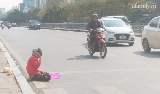 Thót tim hình ảnh bé gái quỳ úp mặt giữa lòng đường bất chấp nguy hiểm