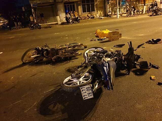 Xe máy vượt đèn đỏ tông xe kẹp 3 khiến 5 người thương vong