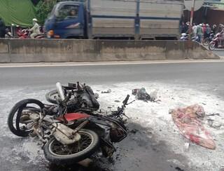 Va chạm cực mạnh, 2 xe máy cùng bốc cháy khiến 2 người bỏng nặng