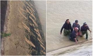 Tìm thấy thi thể bé trai, ám ảnh những vết cào cấu bên bờ sông