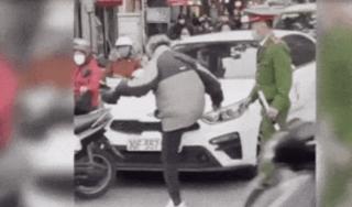 Cụ ông 'trút giận' vào đầu ô tô sau va chạm giao thông
