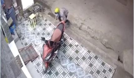 Tên trộm vào tận cửa lấy cắp xe máy trong tích tắc