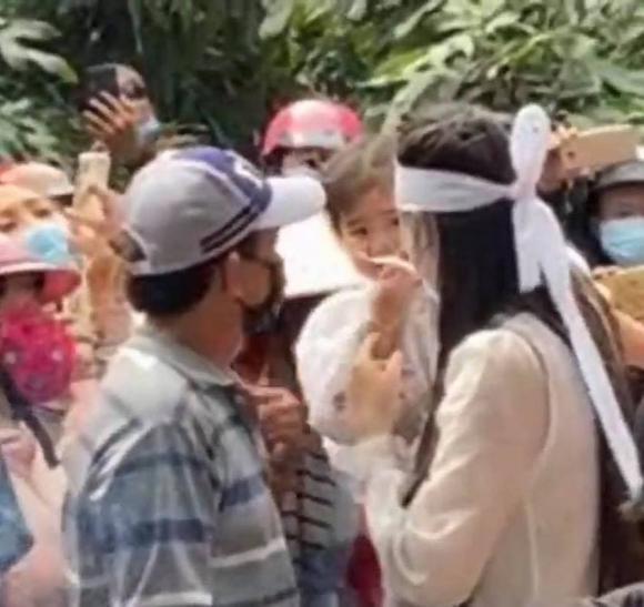 Linh Lan ôm con gái bật khóc trong lễ an táng ca sĩ Vân Quang Long tại Đồng Tháp