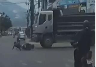 Vượt đèn đỏ, người đàn ông đi xe máy bị xe ben cuốn vào gầm