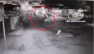 Rùng mình clip thanh niên đi xe máy gặp tai nạn lộn nhiều vòng và tử vong