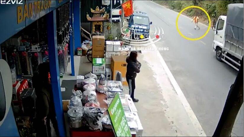 Chỉ thẳng đầu xe tải rồi lao ra chặn đường, người đàn ông thoát chết lập tức ăn vạ