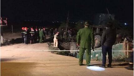Hà Nội: Ô tô tải lao xuống mương nước, tài xế tử vong trong cabin