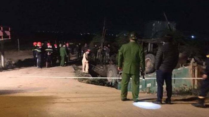 Ô tô tải lao xuống mương nước, tài xế tử vong trong cabin