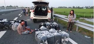 Hai vợ chồng chở 14.000 gói thuốc lá lậu 'thông chốt', tông vào xe vào CSGT