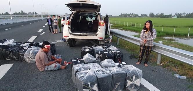 Đôi vợ chồng vận chuyển 14.000 gói thuốc lá lậu, đâm xe vào CSGT
