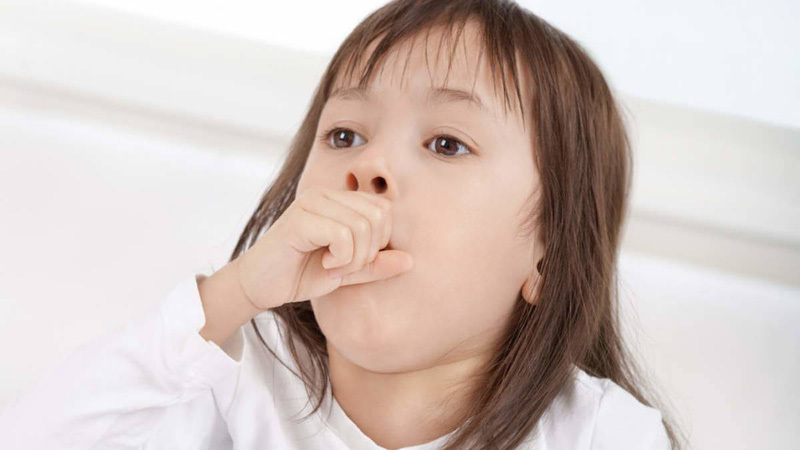 Hạt lạc kẹt trong đường thở khiến bé gái thở rít, mặt tím tái