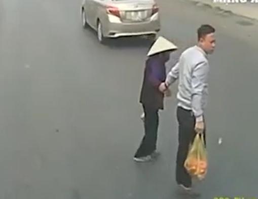 Khoảnh khắc tài xế ô tô dừng xe, giúp cụ bà sang đường an toàn khiến dân mạng ấm lòng