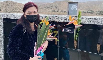 Xót xa hình ảnh ca sĩ Phương Loan đứng khóc ở nơi an nghỉ của cố nghệ sĩ Chí Tài